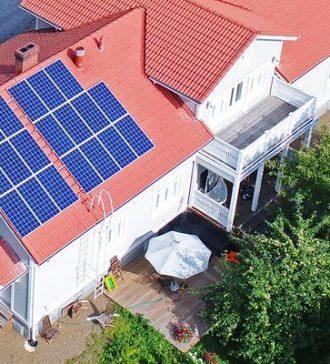 aurinkopaneelit omakotitalossa
