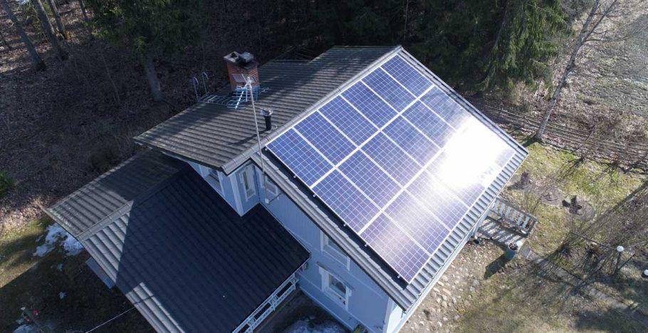 Aurinkopaneelien asennus peltikatolla