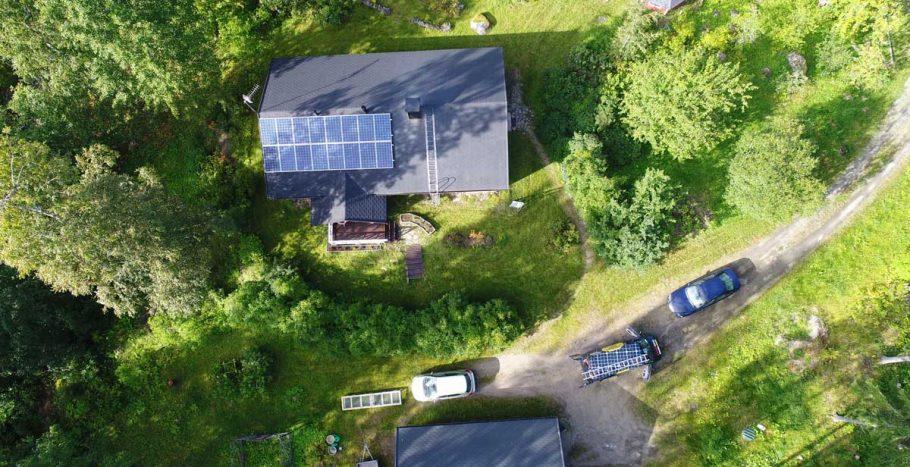 Aurinkopaneelit katolla kuvattuna ylhäältä päin