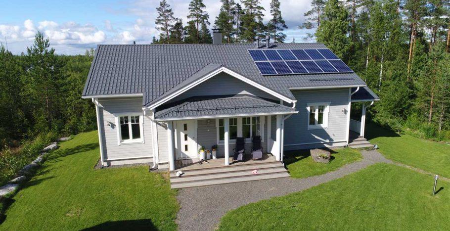Aurinkopaneelit uuden talon katolla